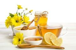 Gelbe Blumen, Tee, Zitrone und Honig Lizenzfreie Stockbilder