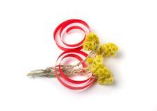 Gelbe Blumen und Dekor des Papiers zum Tag der Frauen Lizenzfreie Stockfotografie