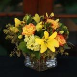 Gelbe Blumenanordnung Lizenzfreie Stockfotos