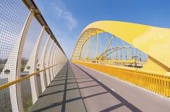 Gelbe Bogenbrücke lizenzfreie stockbilder