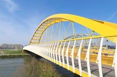 Gelbe Bogenbrücke stockfoto