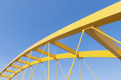 Gelbe Bogenbrücke lizenzfreie stockfotografie