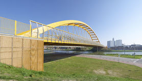 Gelbe Bogenbrücke lizenzfreie stockfotos
