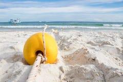 Gelbe Boje auf dem Strand für die Herstellung des schwimmenden Rettungsraums für Touristen Stockbild