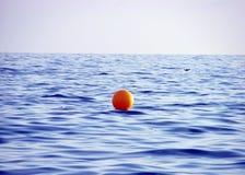 Gelbe Boje auf Meerwasser Stockfotos