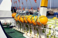 Gelbe Bojen des Fischerbootes des Longliner koppelten im Hafen an Stockfotografie