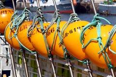 Gelbe Bojen des Fischerbootes des Longliner koppelten im Hafen an Stockbild