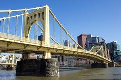 Gelbe Brücke auf Steinunterstützungen Stockfotos