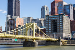 Gelbe Brücke und Stadt Lizenzfreie Stockbilder
