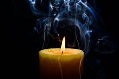 Gelbe brennende Kerze stockbilder