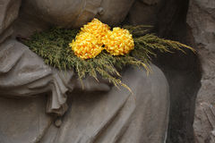 Gelbe Chrysantheme am Kirchhof in Jaromer, Tschechische Republik Stockbilder