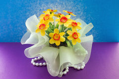 Gelbe dekorative Blumen auf einem Hintergrund Lizenzfreie Stockfotos