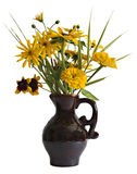 Gelbe dekorative Sonnenblumen im braunen Töpferwarenvase lizenzfreie stockbilder