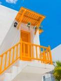 Gelbe der Tür und weißer Wand des Balkons und Stockbilder
