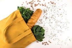 Gelbe eco Tasche mit dem Grün und Brot stockfotografie