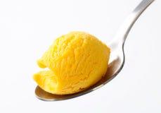 Gelbe Eiscreme auf Löffel lizenzfreie stockfotografie