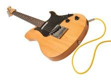 Gelbe elektrische Gitarre mit einem Seilzug eingesteckt Stockbild