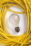 Gelbe elektrische Leitung und Glühlampe Stockfotos