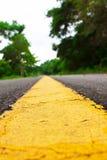 Gelbe Fahrbahnmarkierungen Stockbild