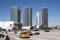 Gelbe Fahrerhäuser auf der Brücke in Miami Lizenzfreie Stockfotografie