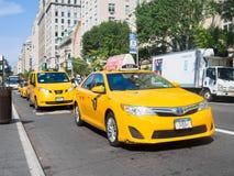 Gelbe Fahrerhäuser an der 5. Allee in New York City Lizenzfreie Stockfotos