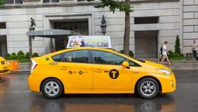Gelbe Fahrerhäuser in Manhattan an einem regnerischen Tag Stockbilder