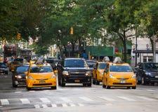 Gelbe Fahrerhäuser in Manhattan an einem regnerischen Tag Stockfotos
