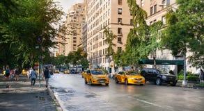 Gelbe Fahrerhäuser in Manhattan an einem regnerischen Tag Stockfotografie