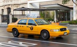 Gelbe Fahrerhäuser in Manhattan an einem regnerischen Tag Lizenzfreies Stockbild