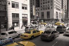 Gelbe Fahrerhäuser in New York City Stockbilder