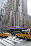 Gelbe Fahrerhäuser vor Radiostadtauditorium in Manhattan neues y Lizenzfreie Stockfotografie
