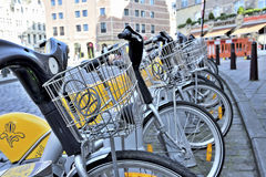 Gelbe Fahrräder der Selbstbedienung Villo Lizenzfreie Stockfotografie