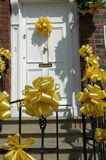 Gelbe Farbbänder auf weißer Tür Stockfotografie