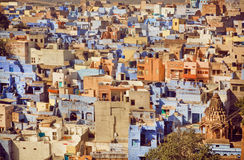 Gelbe Farbe und blauer konkreter Bau der historischen Stadt in Indien Lizenzfreie Stockfotografie