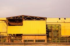Gelbe Fassade des Industriegebäudes Stockfotos