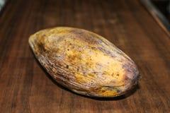 Gelbe faule Mangofrucht lokalisiert auf hölzernem lizenzfreie stockbilder