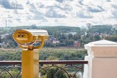 Gelbe Ferngläser auf der Aussichtsplattform stockfotos
