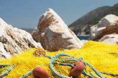 Gelbe Fischernetze, die in der Sonne trocknen Stockfotografie