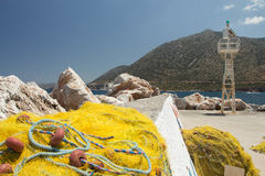 Gelbe Fischernetze, die in der Sonne trocknen Stockbilder