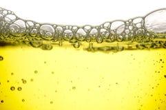 Gelbe Flüssigkeit mit Blasen Stockbilder