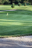 Gelbe Flagge auf einem Golffeld Stockbilder