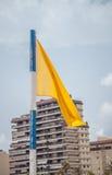 Gelbe Flagge auf Strand Stockfotografie