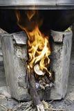 Gelbe Flamme auf dem LOGON der Ofen lizenzfreies stockfoto