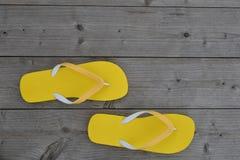 Gelbe Flipflops Stockfotografie