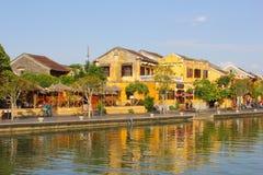 Gelbe Flussreflexionen der historischen Gebäude, Hoi An stockfotos