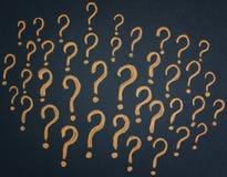Gelbe Fragezeichen auf schwarzem Hintergrund lizenzfreie stockfotografie
