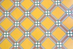 Gelbe Fußbodenfliese der Weinlese Stockbild