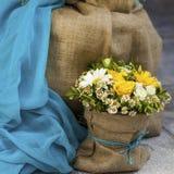 Gelbe Gänseblümchen-und gelbe Rosen-Blumenstrauß stockfoto