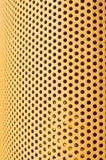 Gelbe gebogene Platte des Lochmusters Stockfotos