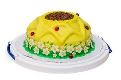 Gelbe Geburtstagskuchensonnenblume mit Marienkäfer und Stockfoto
